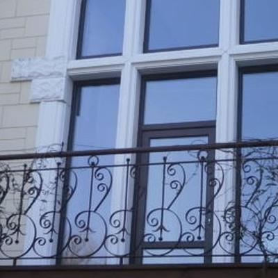 okna białe ramowe